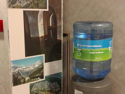 """""""Un bicchier d'acqua? Fa più danni di una birra"""". E la colpa è delle microplastiche"""