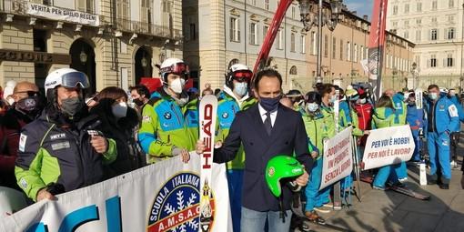 Cirio con i maestri di sci in piazza Castello a Torino per protesta