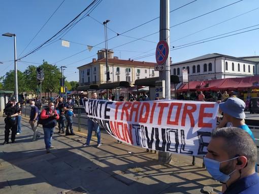 """No green pass contestano Conte a Porta Palazzo: """"Traditore, Torino non ti vuole"""""""