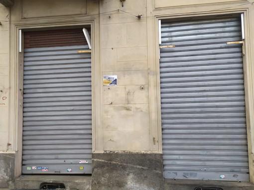 negozi con serrande abbassate