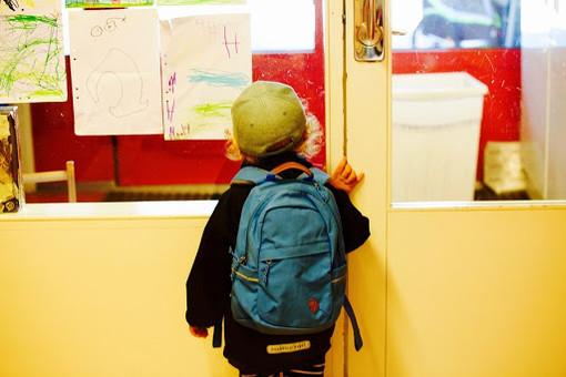 Bimbo davanti a un'aula scolastica