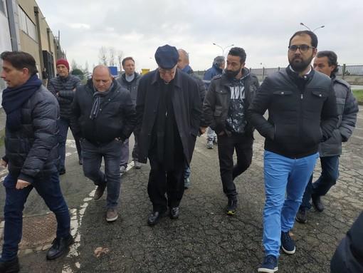 """Ex Embraco, la visita di Nosiglia: """"Questi operai sono stati presi in giro, non è accettabile un fare impresa guardando solo al profitto"""" [FOTO e VIDEO]"""