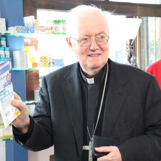 Monsignor Cesare Nosiglia in una giornata di raccolta del Farmaco