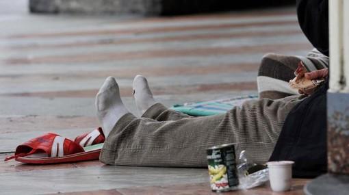 Porta Nuova, 19enne aggredisce un clochard cercando di rubargli i cartoni del rifugio per la notte