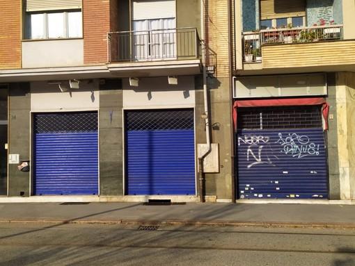 Saracinesche chiuse in via Fabrizi