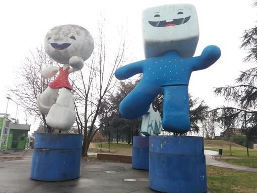 Le statue delle mascotte olimpiche Neve, Gliz e Aster