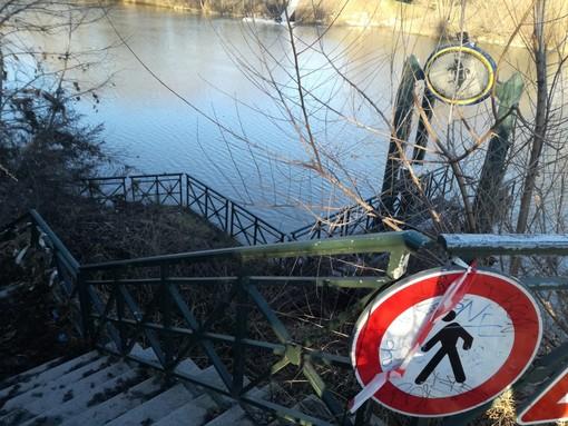 cartello e scala verso il Po degradate