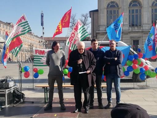 """Anche Nosiglia al presidio di piazza Castello per """"48 ore contro la crisi"""": """"Stupito dal silenzio imbarazzato di tanti, su queste situazioni"""" [FOTO]"""