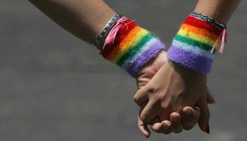 """Tredicenne picchiata davanti a scuola perché indossa una borsa arcobaleno. Arcigay: """"Episodio inaccettabile"""""""