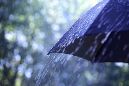 piove, ombrello bagnato dalla pioggia