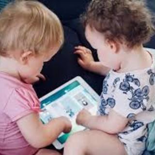 due bimbi giocano