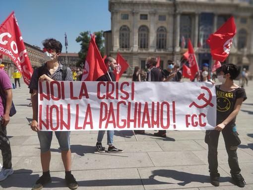"""Protestano i Cobas a Torino: """"Governo tassi i ricchi per pagare la crisi"""""""