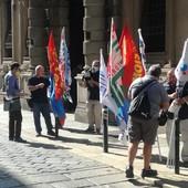 protesta degli operai davanti al Consiglio regionale
