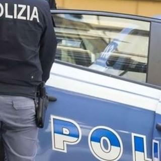 Piazzetta Borgo Dora, uomo ferisce una persona con un taglierino e minaccia i poliziotti: arrestato