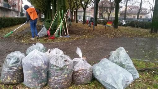I volontari di Torino Spazio Pubblico ripuliscono piazzala Pola con gli abitanti di Mirafiori [FOTO]