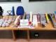 Cerca di vendergli merce contraffatta, ma il cliente è un poliziotto fuori servizio: in poche ore sequestrati prodotti per oltre 3000 euro [VIDEO]