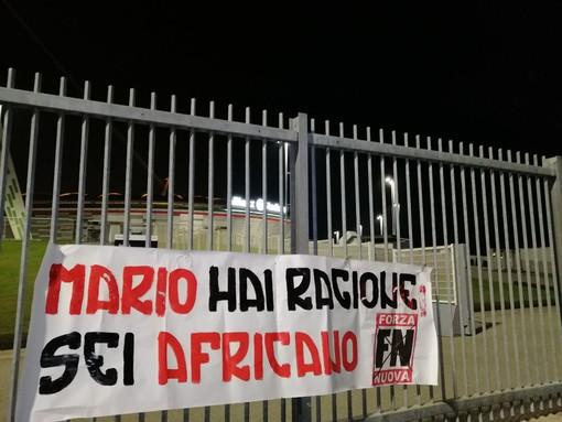 """Caso Balotelli, striscione di Forza Nuova davanti all'Allianz Stadium: """"Mario hai ragione: sei africano"""""""