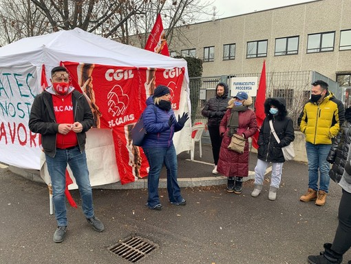 sindacalista davanti a bandiere Fiom
