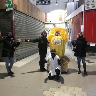 Uova di Pasqua giganti al mercato coperto di Porta Palazzo