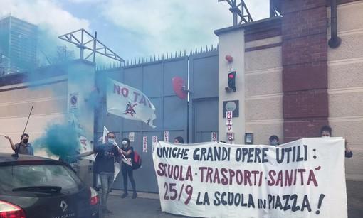 """""""Scuola, sanità e trasporti le uniche grandi opere utili"""": gli studenti in piazza, protesta davanti alla sede Telt"""