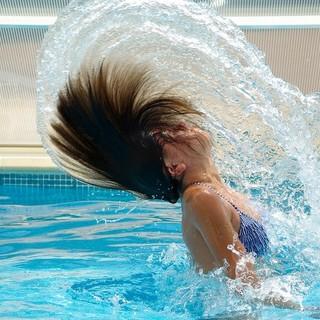 Ragazza si tuffa in piscina
