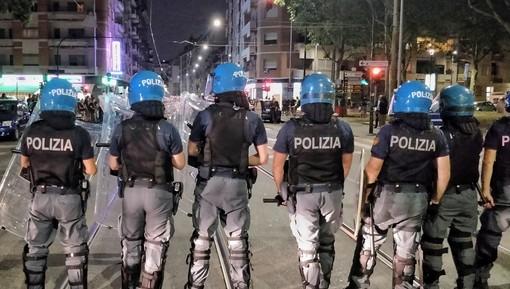 """L'urlo degli antagonisti in presidio al Cpr: """"Assassini, fuoco alle galere"""" [FOTO E VIDEO]"""