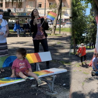 """A Torino una nuova panchina arcobaleno: """"Lotta per i diritti LGBTQI è di partecipazione"""" [FOTO e VIDEO]"""