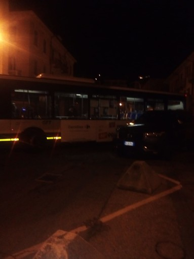 Due autobus bloccati da Suv parcheggiato: dopo mezz'ora di manovre riescono a passare
