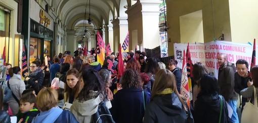 Lavoratori della scuola in sciopero davanti all'Ufficio Scolastico Regionale