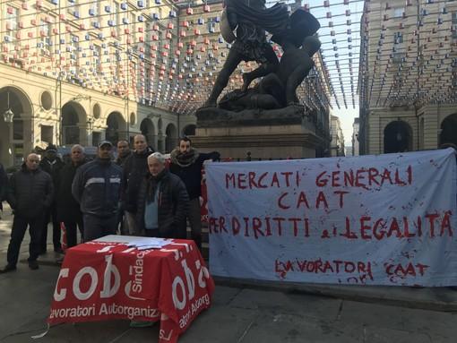 """Sotto il Comune la rabbia dei lavoratori presso il Caat: """"Ai Mercati Generali 800 lavoratori in nero, siamo stufi"""""""