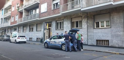 Dramma in corso Racconigi: una donna di 33 anni uccide la madre con una coltellata e poi si getta dal balcone [FOTO E VIDEO]