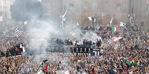 Migliaia in piazza ad accogliere la Juventus: i cori sono (quasi) tutti per Buffon (FOTO E VIDEO)