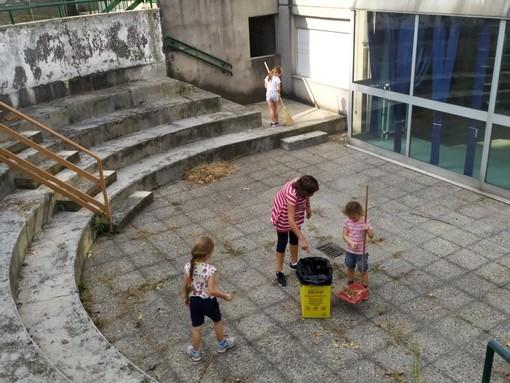 """Bambini, insegnanti e genitori puliscono insieme il """"Cortile Mondo"""" di Aurora"""