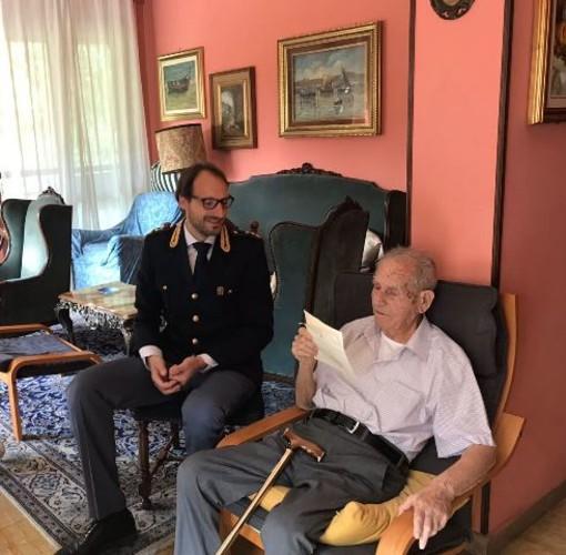 La Polizia torinese festeggia un ex agente che ha compiuto 100 anni