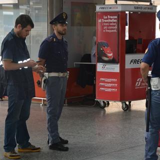 Scarica estintori e danneggia i sedili di un treno Milano-Torino, mentre l'amico lo filma: denunciati