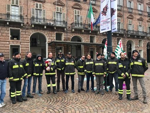 """Sit-in dei vigili del fuoco a Torino: """"Siamo i più amati dai cittadini ma i meno pagati"""" [VIDEO]"""