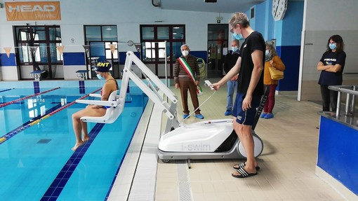 Carmagnola, inaugurato nella piscina comunale il sollevatore per i diversamente abili