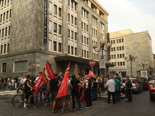 Presidio davanti al Golden Palace per protestare contro il licenziamento di una dipendente (VIDEO)