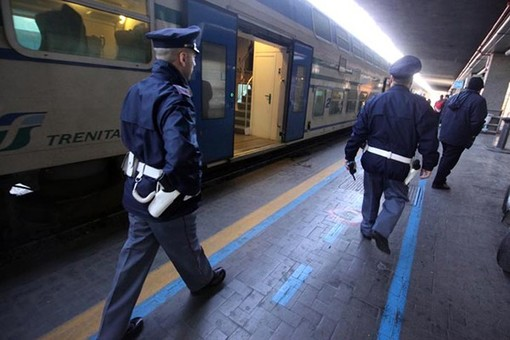 Prova a palpeggiare il seno a una donna con bimbo nel passeggino: maniaco arrestato per tentata violenza sessuale