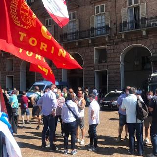 Manifestazione lavoratori davanti alla prefettura di Torino