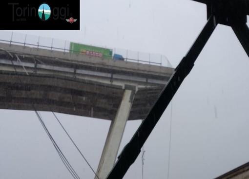 """Crolla ponte a Genova, una coppia di Pinerolo l'ha attraversato pochi minuti prima: """"C'era molto traffico, tanti camion fermi incolonnati"""" (VIDEO)"""
