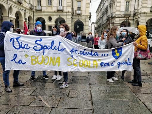 """Scuola, insegnanti in piazza a Torino: """"Azzolina basta passerelle, non va tutto bene"""" (FOTO e VIDEO)"""