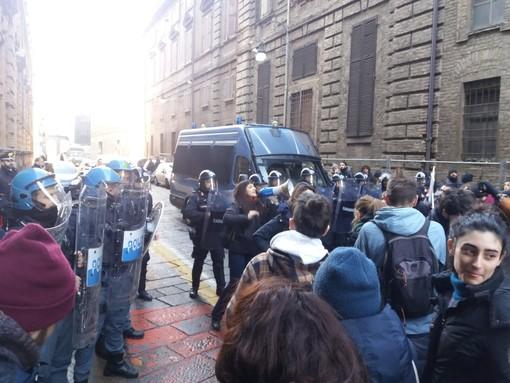 """La sinistra studentesca contro il Burger King: """"Fuori i privati dall'università"""". Poi la protesta al rettorato di Torino (FOTO e VIDEO)"""