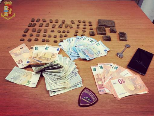 18 mila euro negli slip e droga in casa, un arresto e una denuncia