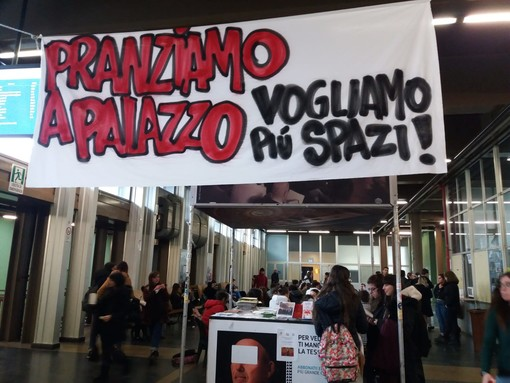 """Contro il cibo spazzatura, gli studenti """"apparecchiano"""" Palazzo Nuovo all'ora di pranzo"""