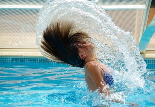 Una ragazza si fa il bagno in piscina