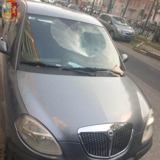 Torino, cammina sulle auto in sosta: arrestato per danneggiamenti