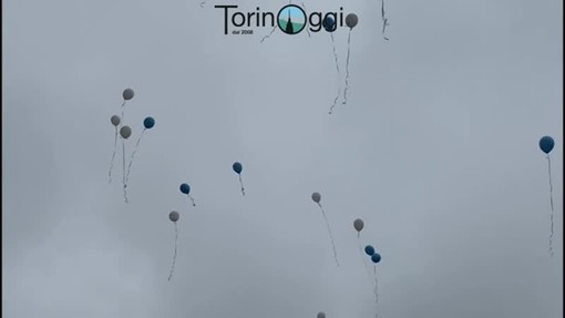 I palloncini liberati nel cielo di Carmagnola in occasione dei funerali delle due vittime, lo scorso febbraio