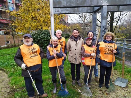 Torino, volontari ripuliscono i giardini Paracchi da foglie e rifiuti