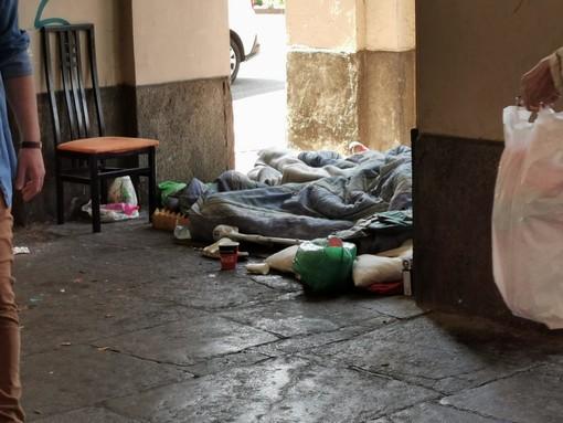 "Bivacco di clochard in piazza Statuto, i residenti: ""Situazione ormai insostenibile"" [FOTO e VIDEO]"